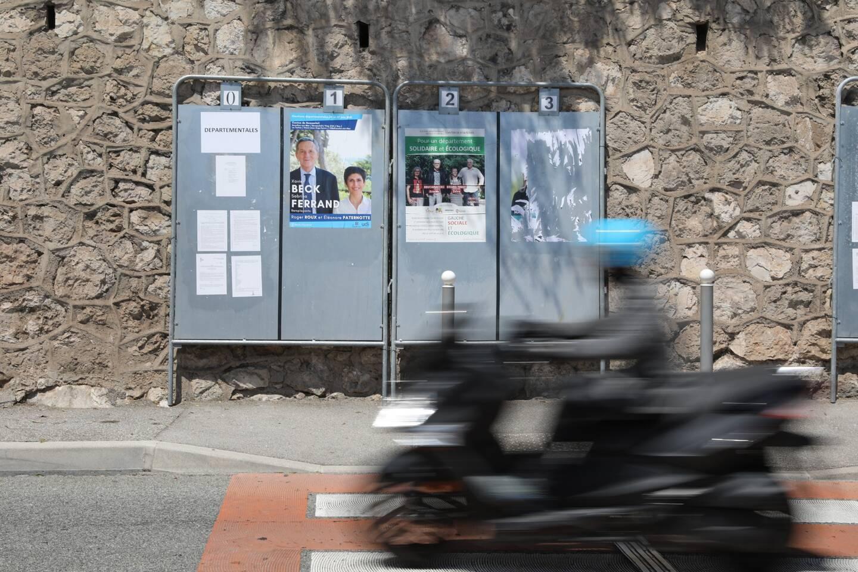 Devant la mairie de Cap-d'Ail, une seule affiche électorale manque à l'appel : celle du candidat RN.