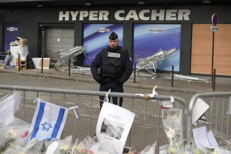 La devanture de l'Hyper Cacher porte de Vincennes à Paris, le 21 janvier 2015, quelques jours après l'attentat qui a couté la vie à 4 personnes.