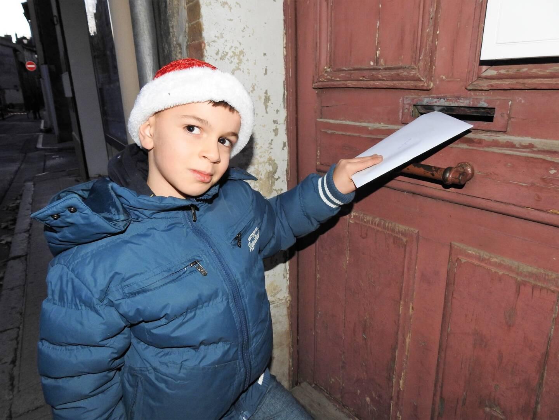 Le jeune Elliott distribue des cartes de vœux à des inconnus