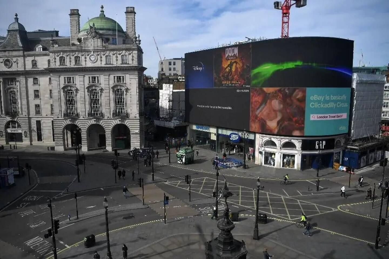 La célèbre place de Piccadilly Circus, à Londres, vide à l'heure du déjeuner, le 21 mars 2020, en pleine pandémie de coronavirus.