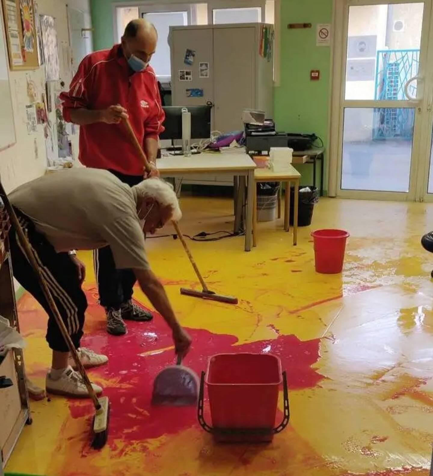 Une équipe d'élus et de bénévoles a œuvré pour que l'école ouvre ce matin.