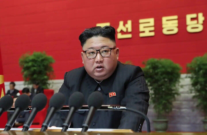Image fournie par KCNA, agence officielle de Corée du Nord, du dirigeant nord-coréen Kim Jong Un lors du 8e congrès du parti au pouvoir, le 7 janvier 2021, à Pyongyang.