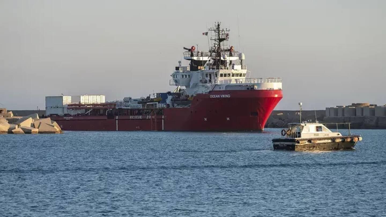 Des migrants à bord du bateau d'aide humanitaire Ocean Viking arrivent dans le port de Porto Empedocle sur l'île de Sicile le 6 juillet 2020.