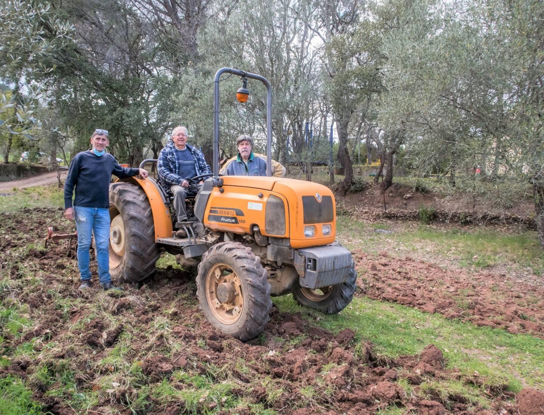François, Serge et Yves prennent sur leur temps et s'attèlent à la préparation des jardins partagés. Une tâche exigeante