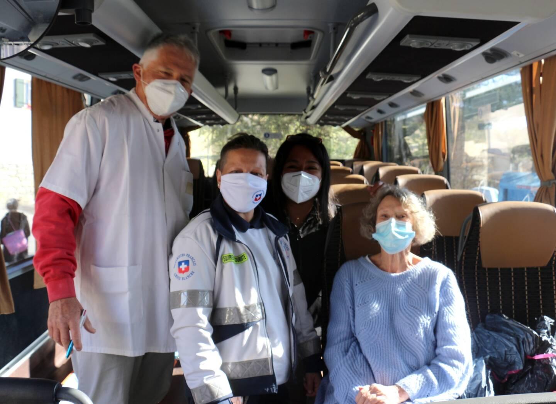 L'équipe médicale réunie dans le vaccinobus autour de Martine.