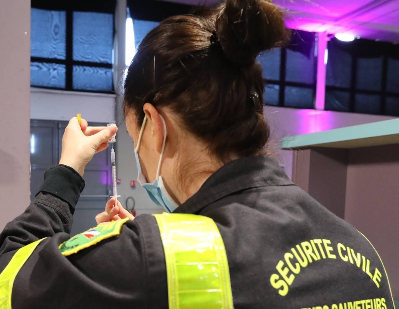 Trente personnels de l'UIISC7 sont venus en renfort pour organiser le parcours des vaccinés au sein du centre éphémère.