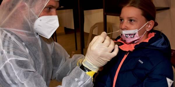 Églantine, 9 ans, fait partie de la cinquantaine de personnes passées entre les mains de Florin Prica dimancher matin pour effectuer un test antigénique.