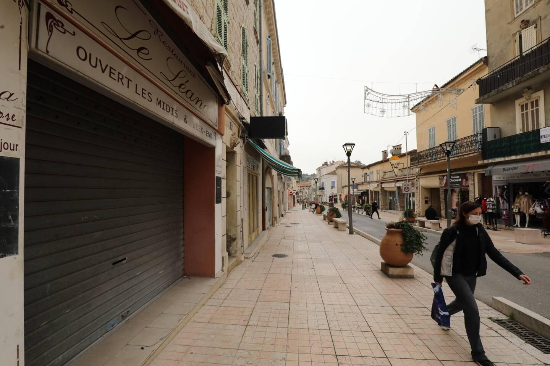 À Vallauris, les rues sont ponctuées de commerces ouverts et de commerces clos. Et pas spécifiquement pour cause de Covid-19.