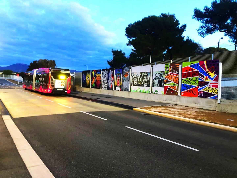 Dix Coul'box ont été démontées pour créer une fresque à Antibes à l'arrêt du bus-tram Super Antibes.