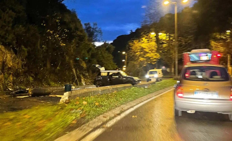 Un choc est intervenu avec une voiture qui montait la route de Vallauris, ce mercredi matin peu après 7 heures.