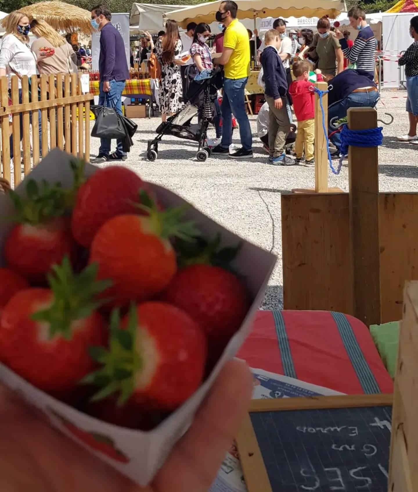 Le marché de la fraise rencontre un grand succès ce samedi.