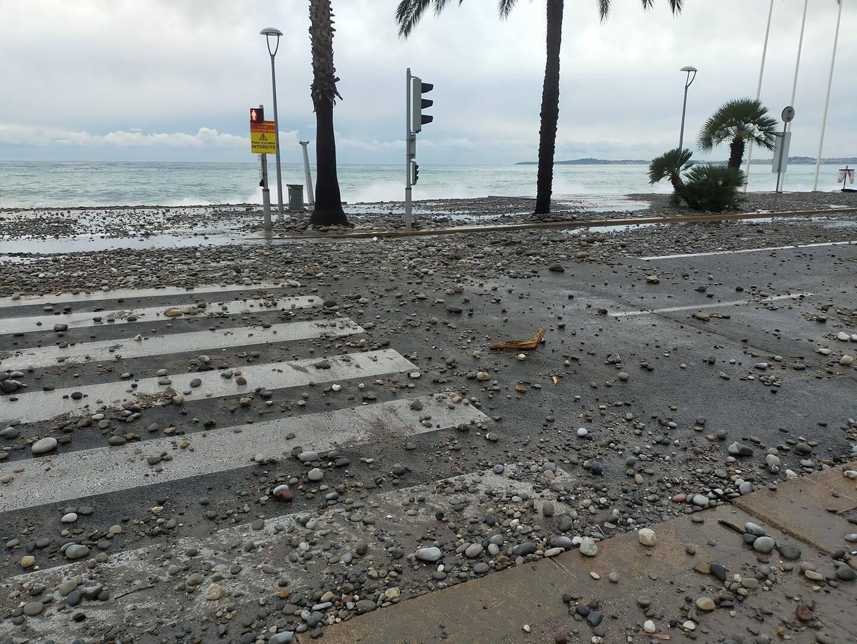 La promenade de la Plage est fermée depuis 9h30 à Cagnes-sur-Mer à cause de la houle qui projette des vagues et des galets sur la chaussée.