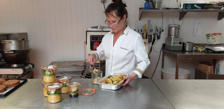 Theodora Hauzer préparant des plats dans son labo.