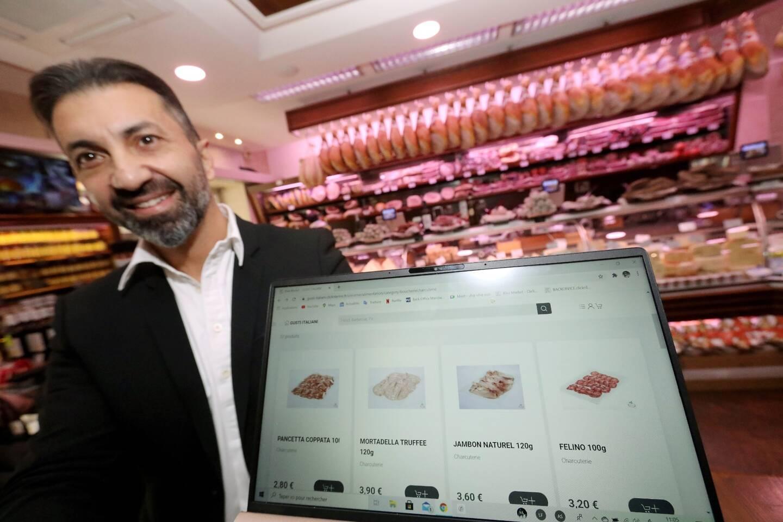 Antonio Ballone, gérant de Gusti Italiani à Cannes, montre l'utilisation de la marketplace ClicknLérins