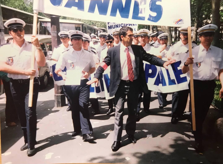 Menacés de désarmement par le gouvernement Jospin, les policiers municipaux avaient défilé en 1998, dont Jean-Pierre Cabras.