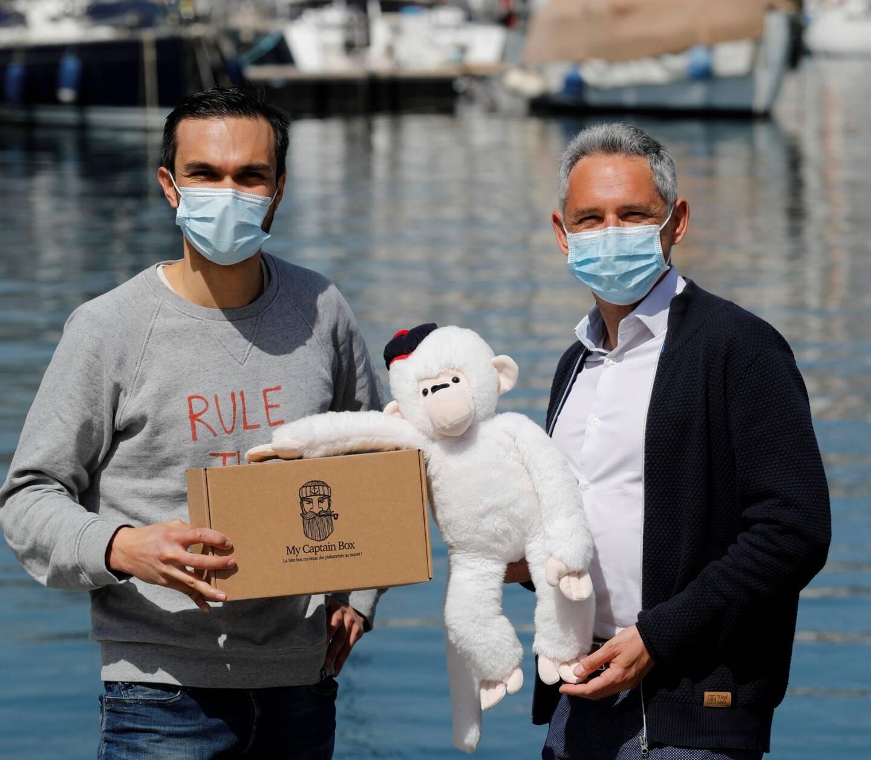 Romain Duval, fondateur de My Captain Box (à gauche)et Eric Marin, créateur de Marin Malin et sa mascotte.