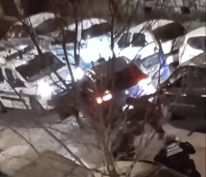 Sur cette image tirée d'une vidéo partagée sur les réseaux sociaux, on voit un suspect porter des coups de poing au visage d'un policier municipal, avant d'être mis en fuite.