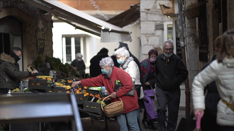 Une rue commerçante dans la vieille ville à Vence.