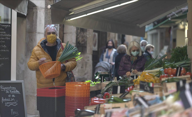 Une rue commerçante à Vence, dans la vieille ville.