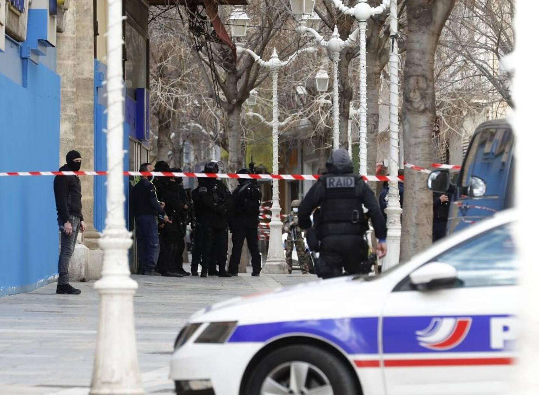 Un homme de 56 ans a été décapité lundi à Toulon et sa tête, placée dans un carton, jetée par la fenêtre.  Un suspect de 40 ans a été interpellé.