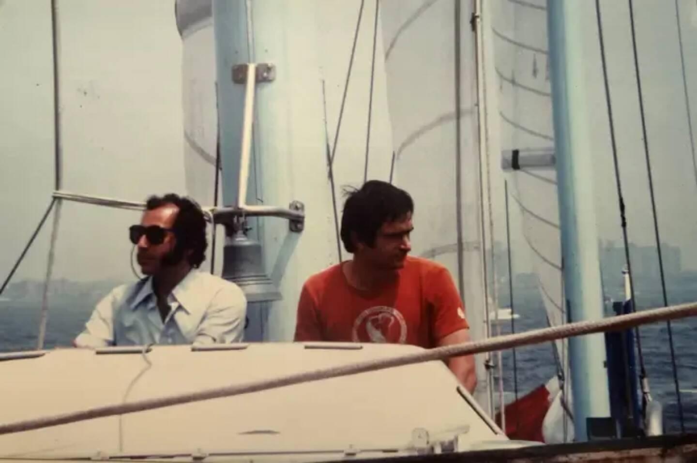 Alain Colas (à gauche) et Jean-Louis Baju à bord du Club Méditerranée.