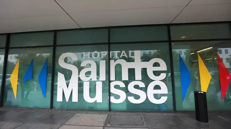 Dix-sept des vingt-cinq lits de réanimation de l'hôpital Sainte-Musse à Toulon sont occupés par des patients infectés par le coronavirus.