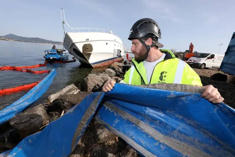 Le mardi 2 mars, les salariés de la société ATSM, sous-traitante de Géotrade qui a obtenu le marché de démantèlement du yacht, installent les différents barrages flottants pour prévenir tout risque de pollution.