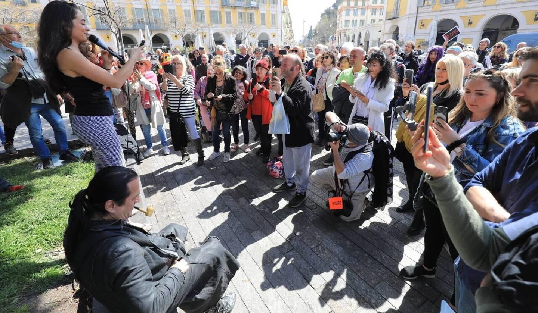Francis Lalanne sans masque à Nice, en avril dernier, avait incité des manifestants à s'embrasser.