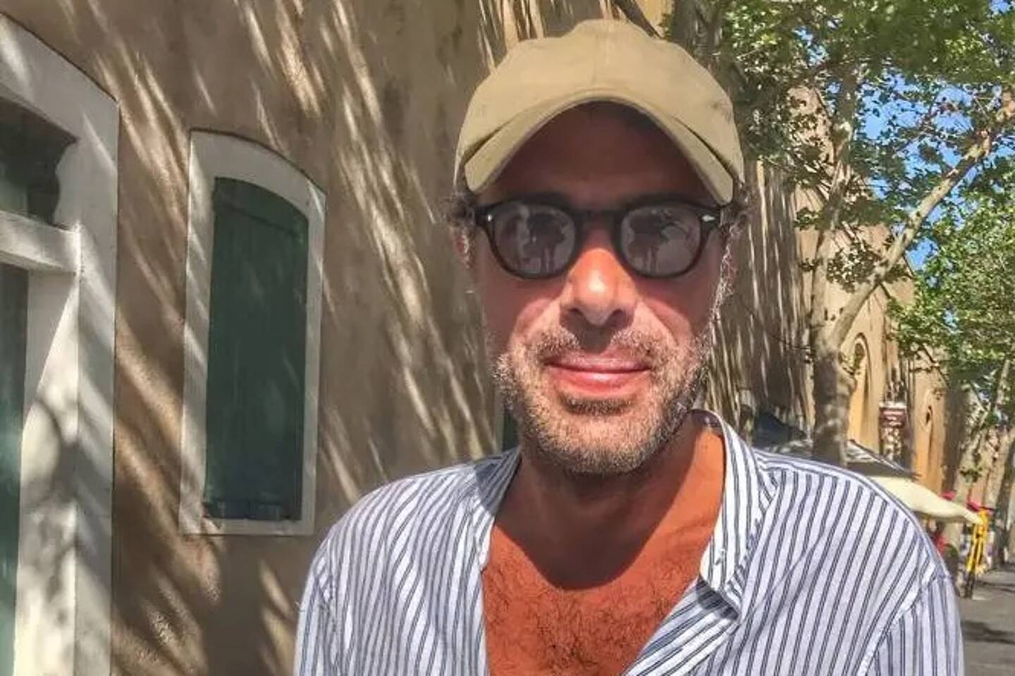 Nicolas Bedos, ce jeudi après-midi sur le boulevard d'Aguillon dans le vieil Antibes
