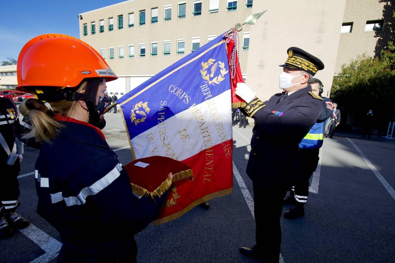 Le préfet Evence Richard a épinglé à la cravate du drapeau la médaille d'or pour acte de courage et de dévouement.