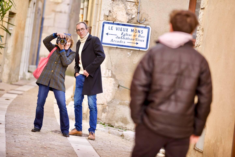 Réalisation d'un portrait en situation dans le village de Mons.