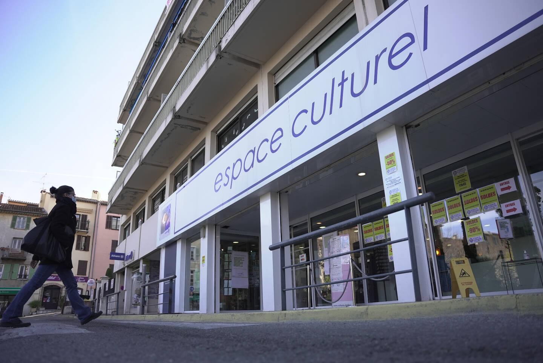 L'espace culturel ouvert dans le centre ville de Vence propose un service de librairie papèterie ce qui concurrence la Fnac à Polygone Riviera.