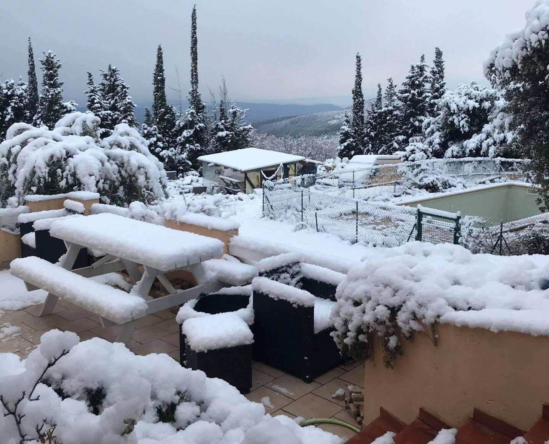 Une épaisse couche de neige a recouvert le mobilier de jardin de cette maison monsoise.