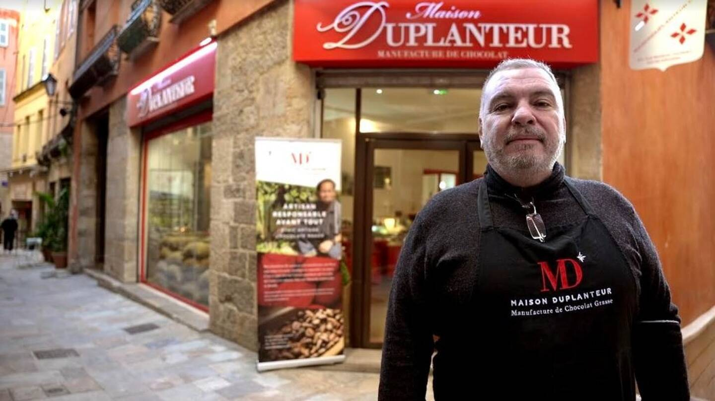 Dominique Flavio, devant sa manufacture, la Maison Duplanteur, à Grasse, rue Marcel-Journet.