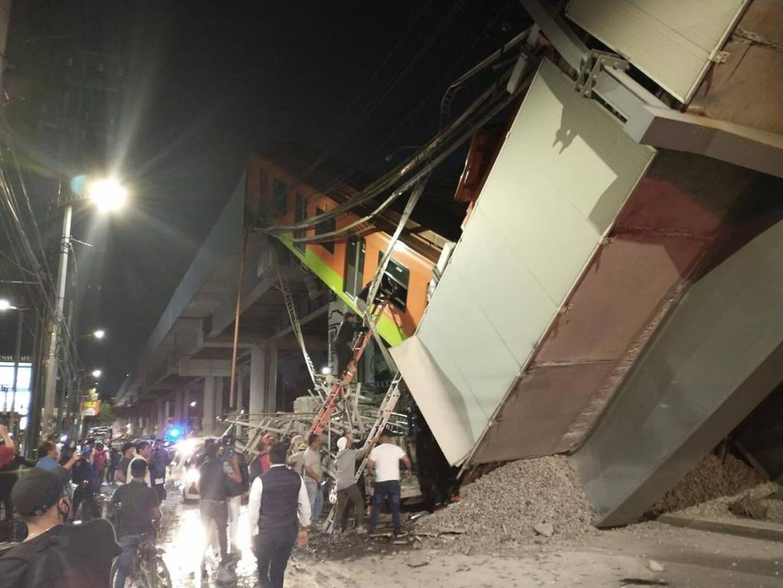 Un pont s'est effondré alors qu'une rame de métro passait dessus à Mexico ce mardi matin.