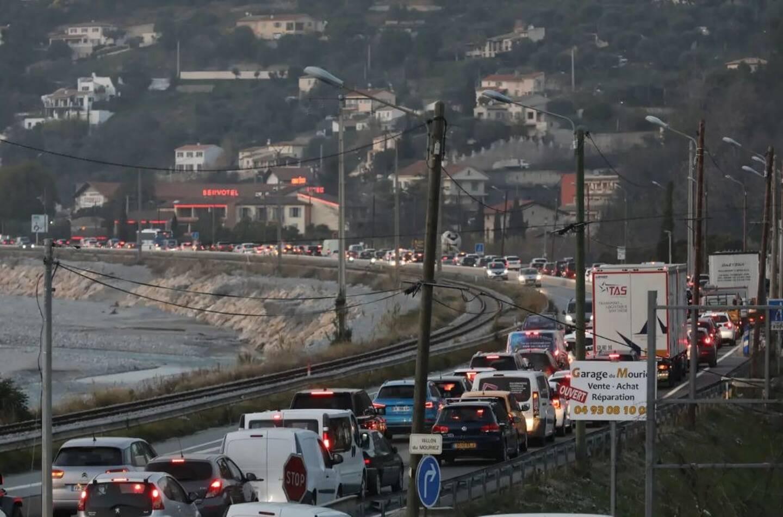 """""""Le flux était certes dense mais ce phénomène à avoir avec l'horaire du couvre-feu qui a fait se retrouver sur les routes des vacanciers et des travailleurs au même moment"""", a justifié le préfet des Alpes-Maritimes"""