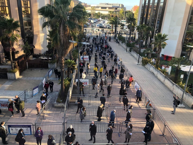 La file d'attente devant le palais des Expositions, à Nice, qui doit battre un record de France ce vendredi: 5.000 doses injectées en une seule journée.