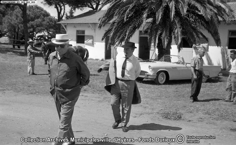Jean Gabin et Bernard Blier, entre deux prises à l'hippodrome de la plage