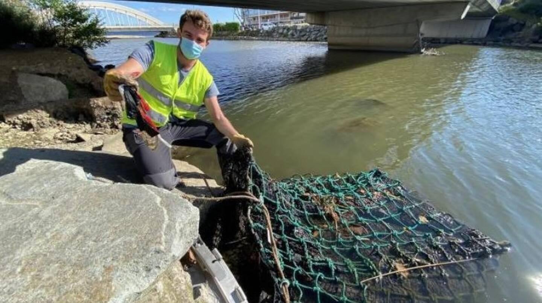 L'ingénieur de l'entreprise Pollustock, Guillaume Boisard, a effectué un premier relevé des déchets retenus après l'épisode pluvieux du week-end dernier.
