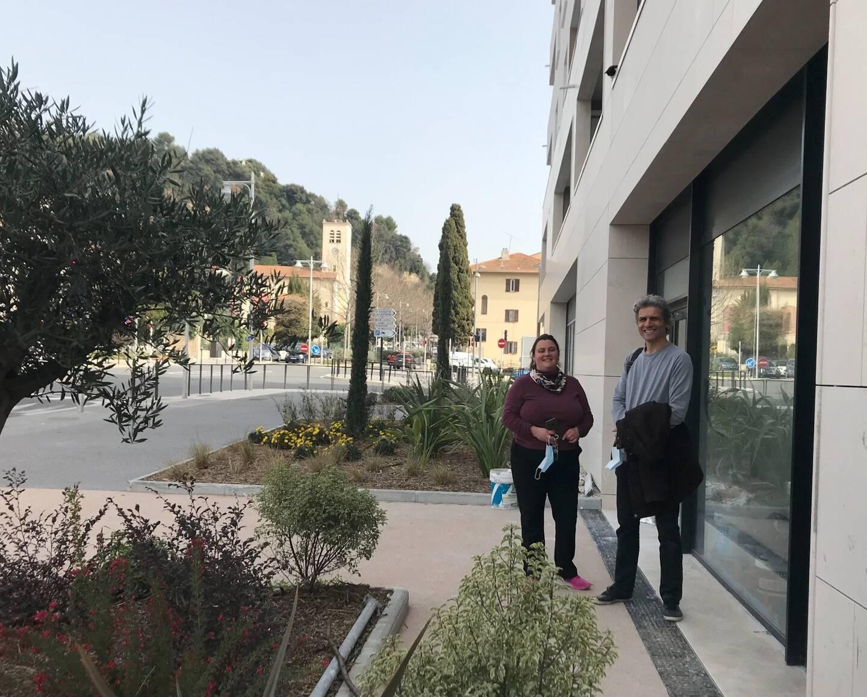 Laetitia Cosenza, des Fleurs d'Isidore et Jean-Marc Pelon, de la clinique vétérinaire de Saint-Isidore. Ils ont trouvé une formule pour accéder à un local neuf: le couper en deux et ainsi pérenniser leurs deux activités dans le quartier.