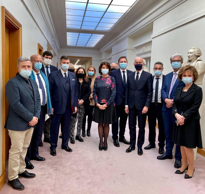 Dominique Estrosi-Sassone entourée d'une partie des membres du groupe interparlementaire.
