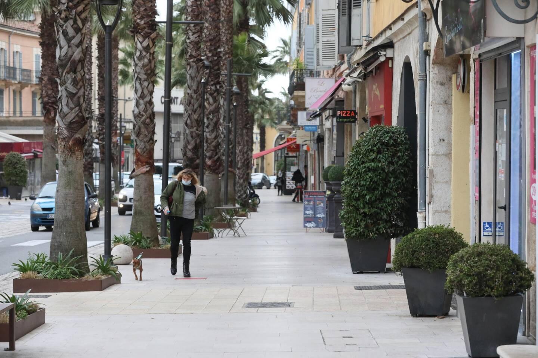 Sur le boulevard du Jeu-de-Ballon, à Grasse, il n'y a pas foule mais quelques jolies boutiques résistent solidement quand même. De quoi donner de l'espoir...