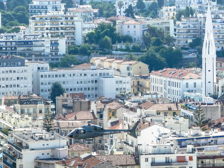 Depuis de mardi et jusqu'à vendredi, un Fennec de l'armée de l'Air et de l'Espace effectuera plusieurs survols à basse altitude d'Antibes, Cannes, Grasse, Le Cannet, Nice et Saint-Laurent-du-Var. Trois vols par jour d'une à deux heures.
