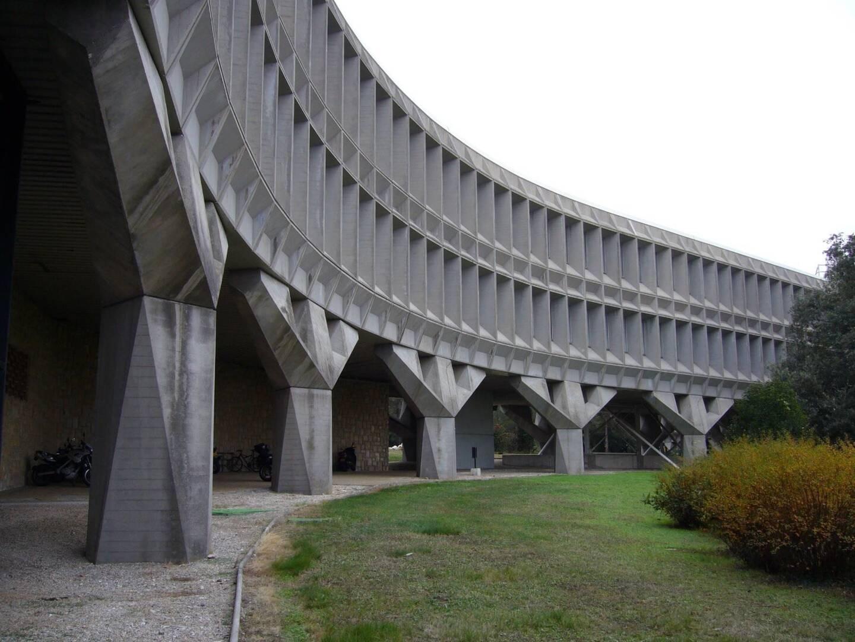 Une des façades modulaires du B1 sur piliers en tridents.