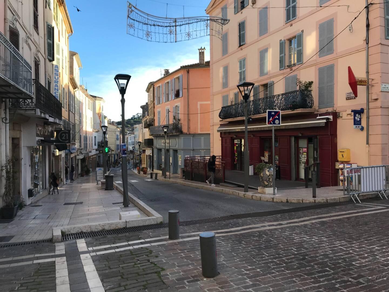 """L'avenue Clemenceau, la fameuse """"rue des Potiers"""", au cœur de Vallauris."""