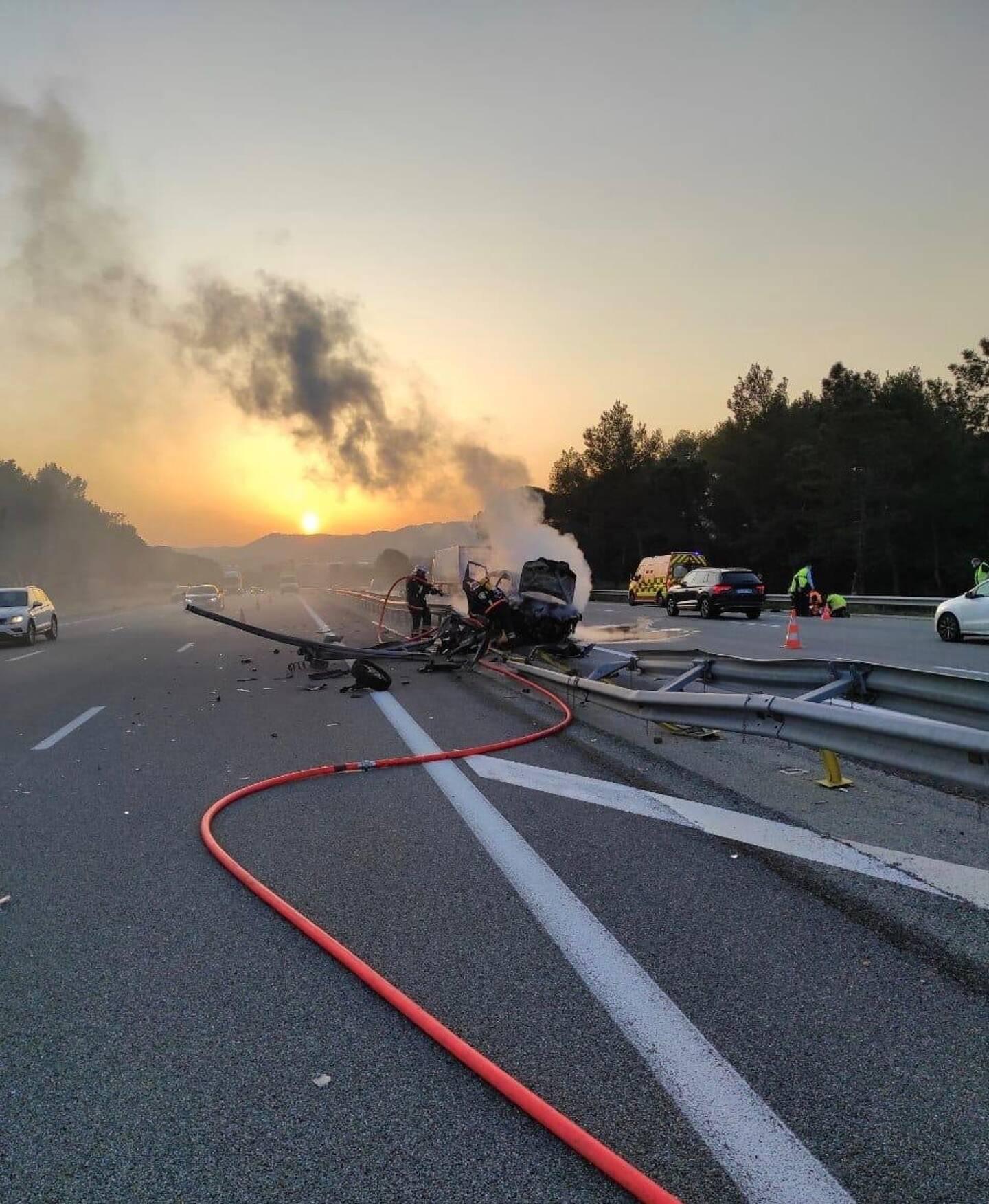 Ce vendredi soir, sur l'autoroute A8, dans le sens Nice-Aix au niveau de la commune des Arcs-sur-Argens, un automobiliste a fait une sortie de route et percuté le rail de sécurité.