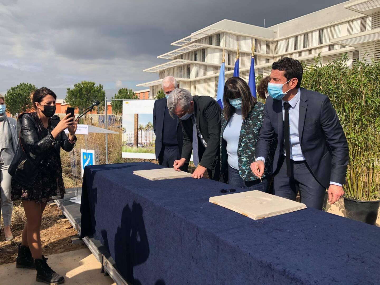 Première pierre sous la forme d'empreintes. Celles d'Yves Servant, directeur de l'hôpital, David Lisnard, maire de Cannes et Hubert Maes, architecte du projet