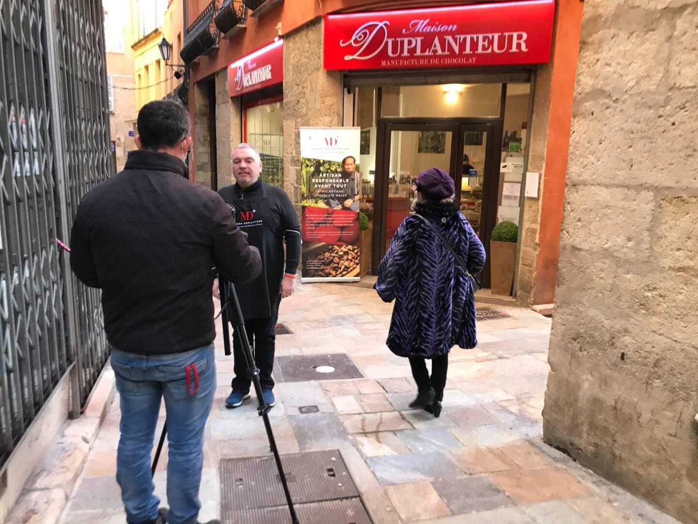 Notre vidéaste, Franck, en tournage dans les ruelles de Grasse. Ici avec Dominique Flavio, de la Maison Duplanteur.