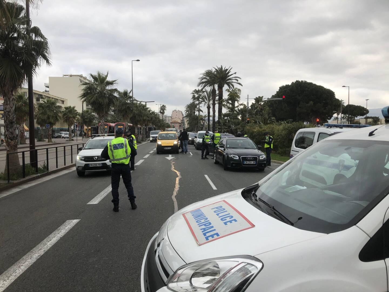 Dès 8h30 ce samedi matin, la police municipale a mis en place un barrage filtrant dans les deux sens de circulation à hauteur de Ferber, à la limite de la promenade des Anglais et de la promenade Edouard Corniglion-Molinier.