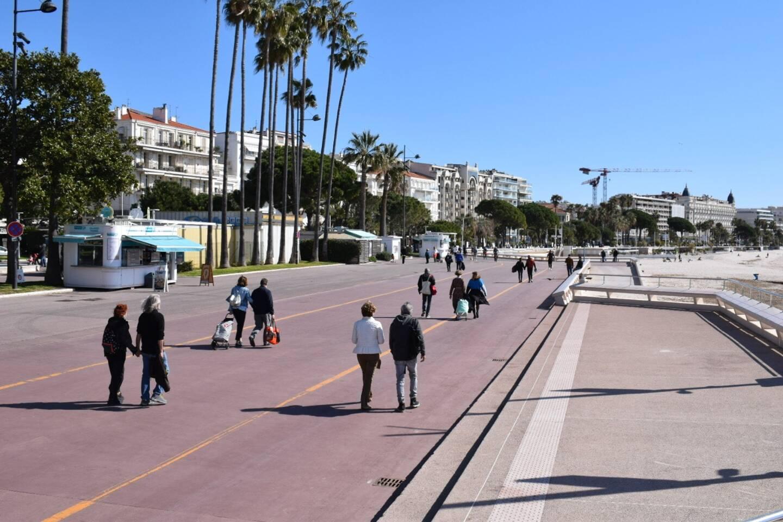 Du côté de la Croisette, les promeneurs étaient de plus en plus nombreux au fil de la matinée.